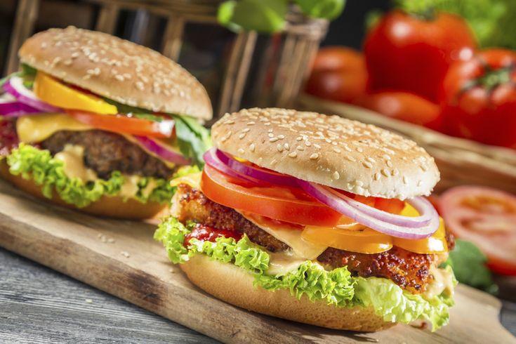 Si te gustan las hamburguesas, ¡tienes que conocer todas estas variedades! Vegetarianas, veganas y con diferentes tipos de carnes, seguro encontrarás tu receta favorita de hamburguesas caseras entre todas estas recetas. ¡Descubre cómo será tu próxima hamburguesa!1. Hamburguesas caserasTodas tenemos nuestra receta