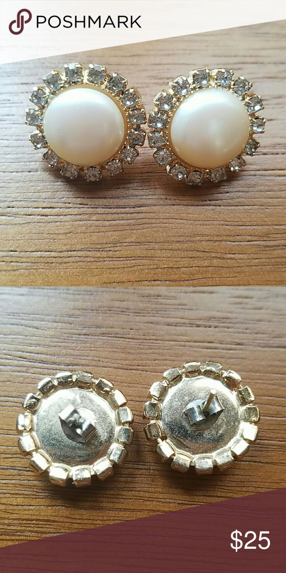 Vintage pearl gold costume jewelry earrings Really cute vintage stud earrings. 1970s. I dont have pierced ears so earrings are rather pointless to me. Like Family Guy. Jewelry Earrings