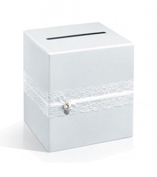 Perlmutt-weiße Kartonbox mit zarter, weißer Spitzenbordüre für die Glückwunsch- und Geschenkepost, als stilvolle Tischdekoration oder Sammelbox für Spiele. Maße: 24 x 24 x 24 cm.