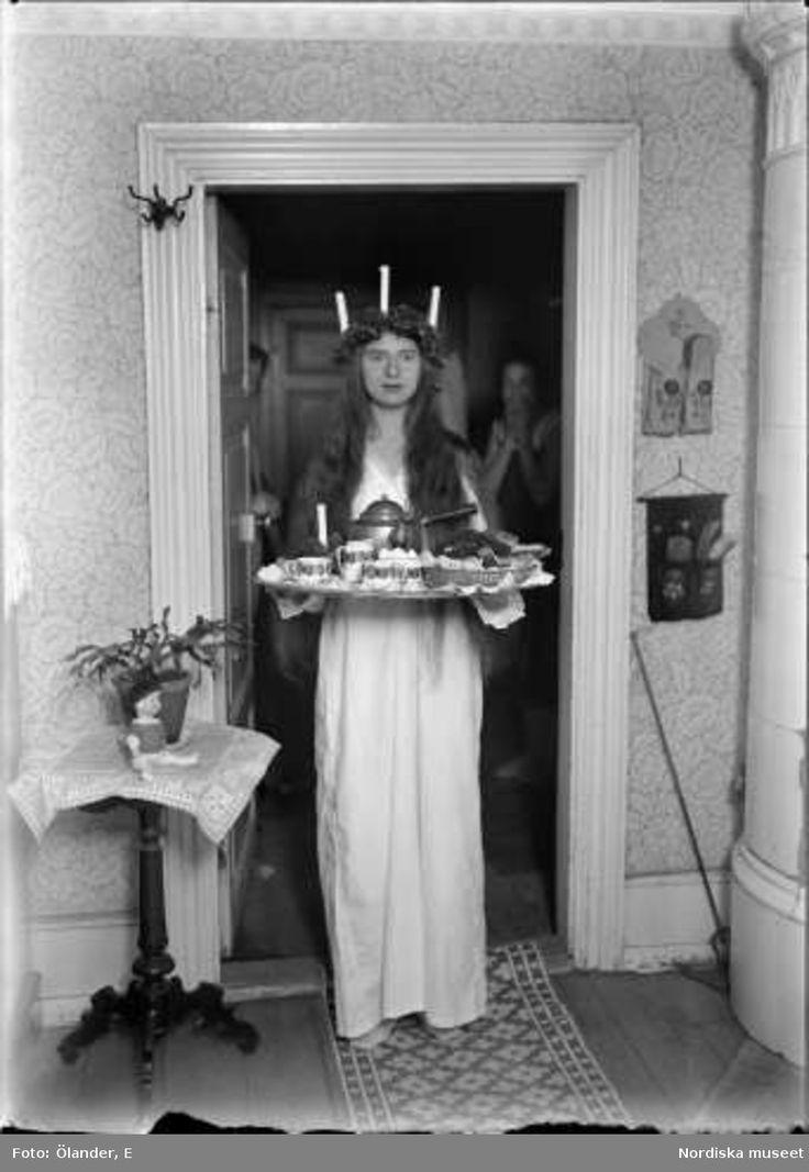 Lucia med kaffebricka. Filipstad, Värmland / Lucia brings coffee tray at Filipstad, Värmland, Sweden (1927)