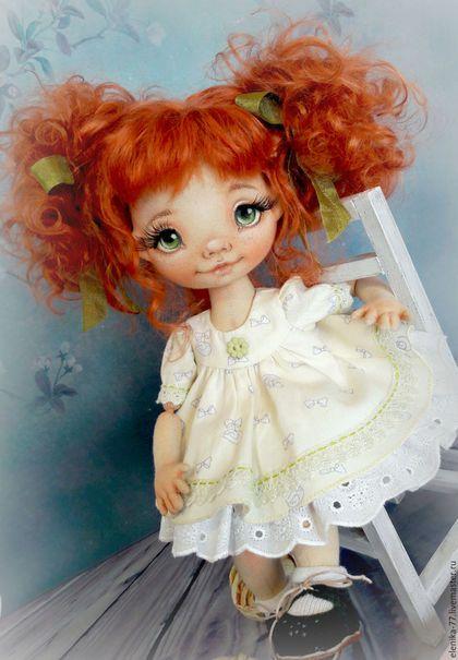 Купить или заказать Маруся. Текстильная кукла. в интернет-магазине на Ярмарке Мастеров. Текстильная кукла-болтушка, ручки-ножки свободно болтаются, стоит только с подставкой, красиво сидит. Личико расписано акрилом и пастелью. Вся одежда съемная, волосы можно заплетать.
