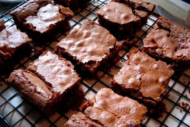 Το βασικό με τα brownies είναι να αποφασίσεις τι brownie-τύπος είσαι. Προτιμάς τα πυκνά (fudgy), εκείνα που θυμίζουν περισσότερο κέικ (cakey) ή μήπως τα λαστιχωτά (chewy);