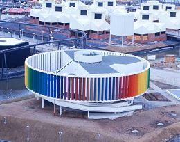 Le Kaléidoscope est l'oeuvre de l'Institute of Design de l'Université de Waterloo et du Bureau d'Esthétique Industrielle Morley Markson