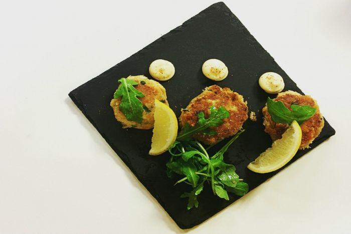Mini gâteaux de crabe comme à Cape Cod Recette en vidéo de L'atelier des Chefs