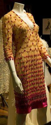www.jornaljardins.blogspot.com: EXPOSIÇÃO CORTES E RECORTES MOSTRA CRIAÇÕES DE CLODOVIL HERNANDES  Criou este lindíssimo vestido em 1964, para a modelo Laura Watanabe e em 2004, ou seja 40 anos após ele mesmo assinou esta releitura!