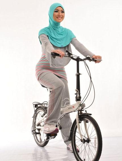 Sport k Tizna    Sporty series lainnya dengan tunik kaos salur dipadu rompi abu polos. Bergo sporty tanpa pet siap menemani gaya Anda. Bahan yang nyaman menjadikan aktifitas sport terasa lebih menyenangkan    Note: Tunik 1pc (menyatu dengan rompinya)  http://jilbabmodis.net/elzatta-hijab/sport-k-tizna