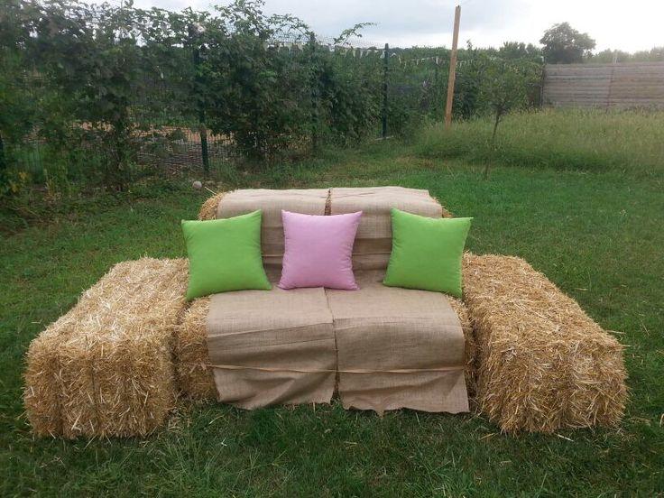 Hay bales of sofa groups in the country wedding #countrywedding #weddingseats #realwedding #weddingplanning #weddingdesigner #esrakicioglu #istanbulweddings #destinationweddingistanbul