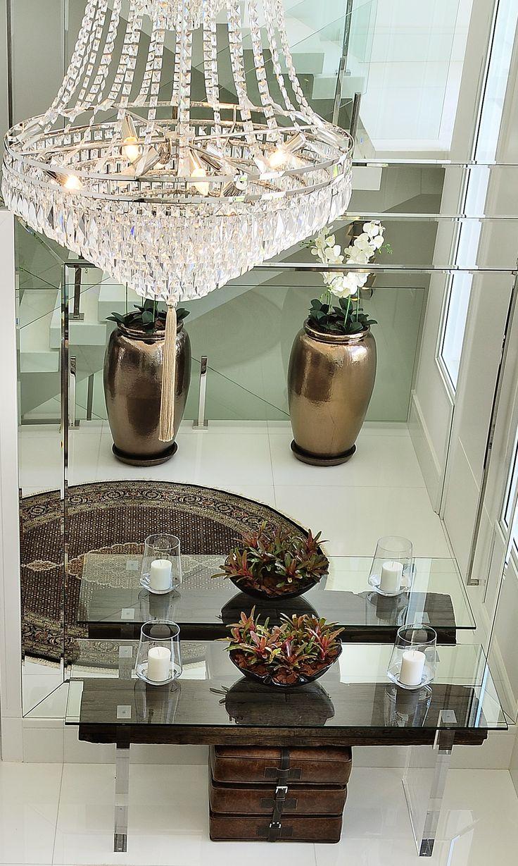 #projetoquitetefaria #quitetefaria #decoração #arquiteteura #decor  #ambientedecorado #ambientesofisticado #sophistication #luxo #flowers #leather #aparador  #murano #objetosdedecoracao #espelho #mirror #marmore  #casa #alphaville #tambore #sampa #sp #brasil #architecture #brazilianarchitecture #design #hall #halldeentrada #tapete #lustre #pendente #cristal #vasos #velas #candles