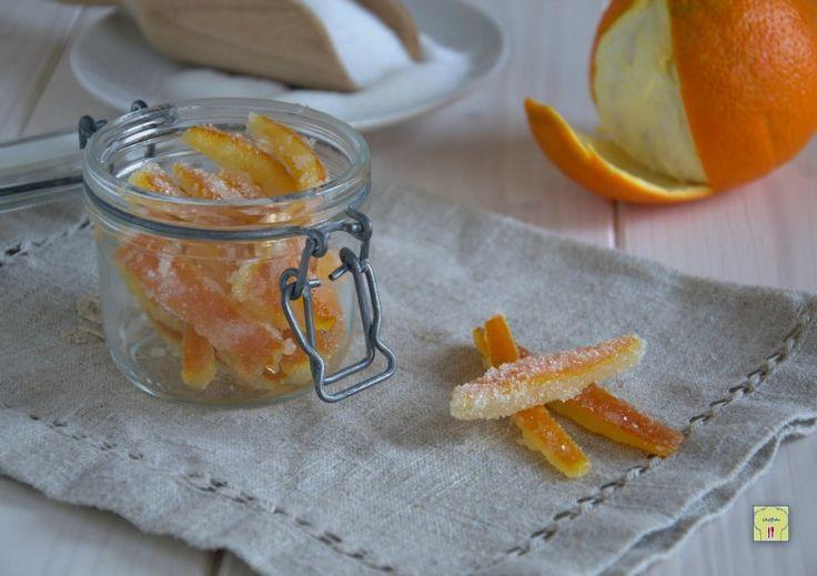 Le scorze di arance candite sono facilissime da preparare e possono essere gustate al naturale, quasi come caramelle, o per arricchire dolci, torte e creme