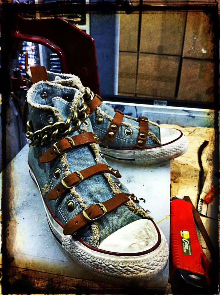 Lacci sostituiti con fibie e creazione di cinturino con catena.
