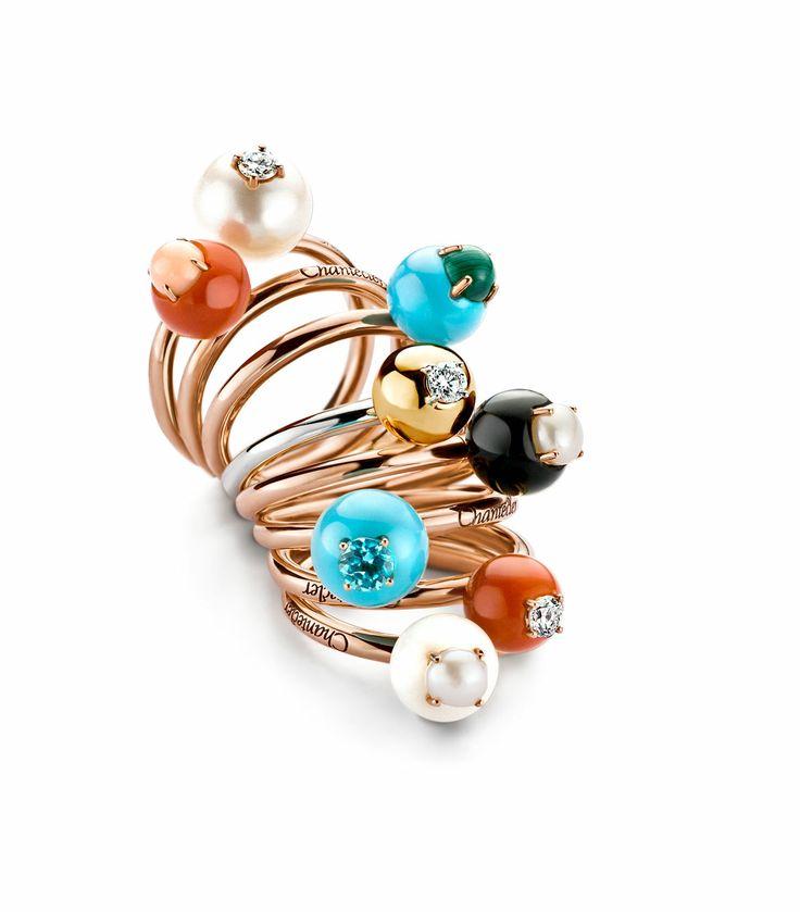 Selectie van 18 Krt. ringen in rosé-, geel- en witgoud met rode, roze en witte koraal, diamant, parels, turquoise, onyx, malachiet en apatiet van het bijzondere Italiaanse juwelenhuis Chantecler.