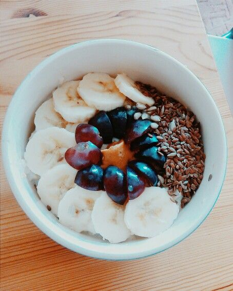 My favourite breakfast! Energy for all day Oatmeal, yogurt, banana, dactyl, grapes, sunflower, peanut butter and flax seed