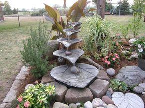 selbstgemachter Gartenbrunnen mit Beton-Rhabarberblättern