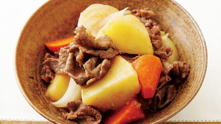 大庭 英子さんの牛切り落とし肉を使った「肉じゃが」のレシピページです。ホクホクのじゃがいもに、牛肉のうまみがなじんだボリューム煮物です。表面加工のしてあるフライパンなら、肉がつきにくく、失敗しません。 材料: 牛切り落とし肉、じゃがいも、にんじん、たまねぎ、A、サラダ油、酒、しょうゆ