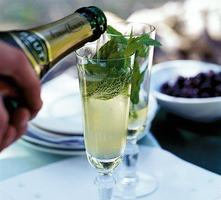 How to make... Sparkling mint & lemon juleps. A sparkling wine cocktail to start a lovely evening