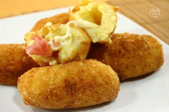 Le crocchette di patate con cuore filante di mozzarella e prosciutto, vengono preparate con purea di patate mischiata a uova, formaggio grattugiato, e spezie; verranno in seguito impanate e poi fritte in abbondante olio caldo.