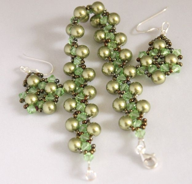 An elegant green set (bracelet and earrings), made with Swarovski pearls and crystals, which will definitely make you feel special!  $37