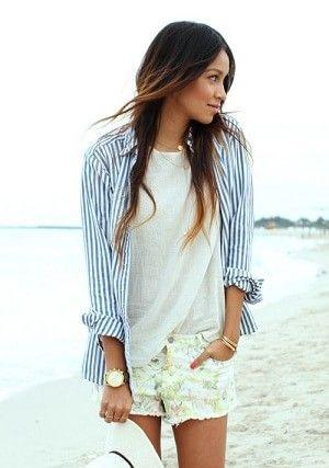 青ストライプ シャツと白Tシャツ 柄のショートパンツ 抜け感が素敵!