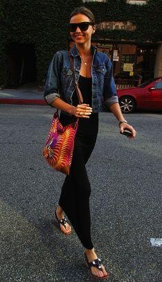 Comodi, leggeri e sinuosi i maxi dress si possono indossare proprio con tutto ed in tutte le occasioni. Un look da giorno fresco e pulito quello di Miranda Kerr che abbina un abito nero lungo, una giacca denim, una borsa in stoffa multicolor e delle infradito gioiello. Raffinata!