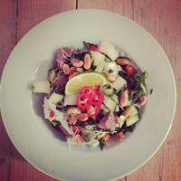 The best Thai salad with noodles, beef, peanuts, veggies and coriander / De heerlijkste Thaise salade met mie, biefstuk, pinda's, groenten en koriander.