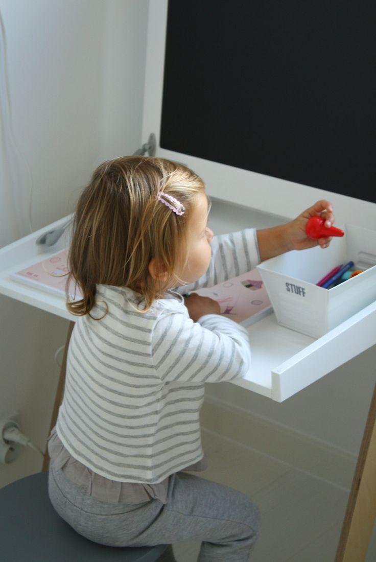 Biurko z tablicą kredowo magnetyczną od My Label w pokoju małej Hani