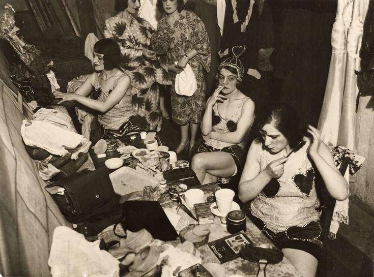 Kleedkamers. Revuegirls in de kleedkamer van het Tip Top Theater aan de Jodenbreestraat in Amsterdam. De inrichting van de kleine kleedruimte laat veel te wensen over. Foto 1931.