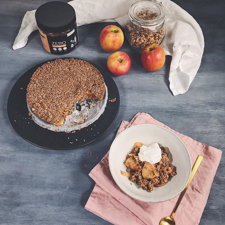 """Apple season is here and I think ai'll be making this apple crumble this weekend 🍎 I made it together with @bodylab earlier this year so here is a """"behind the scene"""" photo. It is one of my favourite recipes! You only need: 180g oats 70g coconut oil (or butter) 4 tbsp zero pure gold. Mix ingredients together in a bowl. Slice 4 apples and place in layers in a baking dish. Crumble the oat mix on top and 20-25 min in the oven at 175 degrees Celsius 👏🏻 . . . #applecrumble #healthiercooking…"""