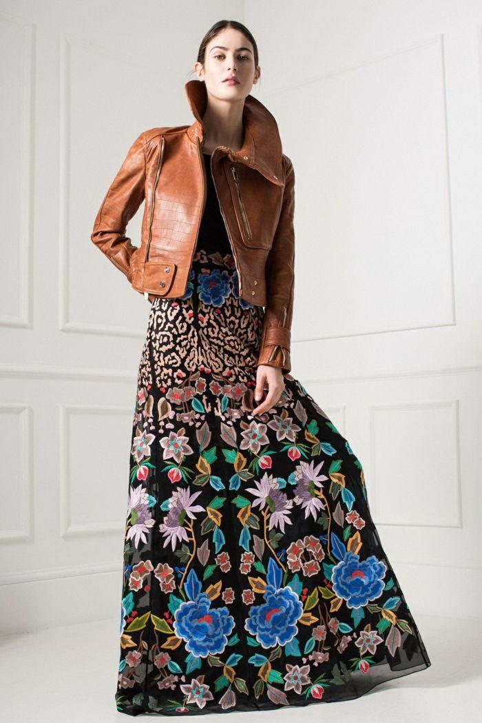 2f60032cf1c vestido largo de encanto con dibujos de flores bonitos en fondo negro,  chaqueta de piel, vestidos boho chic modernos