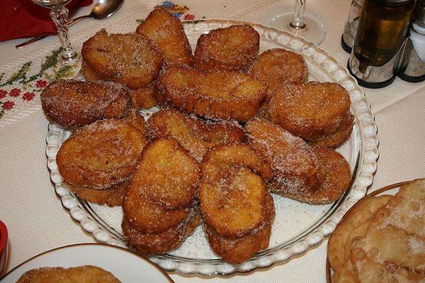 Cette recette portugaise des Rabanadas traditionnelles de Noël sont simples à faire. Une fois frites, sont passées par un mélange de sucre et cannelle!