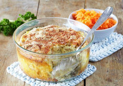 Hjemmelaget fiskegrateng er en ypperlig måte å få barn til å spise fisk på. Dette er en enkel og deilig makaroniform med strøkavring, hvit fisk og smakfull Norvegia-ostesaus. Server gjerne med revne gulrøtter, kokte poteter og smeltet smør over.