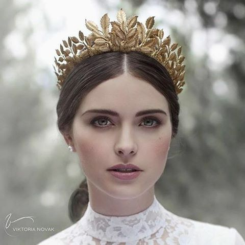 Up next is this gorgeous headpiece that caught our attention! Elegant and exquisite, we have a major crush with the golden shade of this wreath crown that infuses such dazzlingand modern vibe. Perfect for brides who want to show their romantic yet glamorous side to their big day. What do you think about this? Share us your thoughts and show some love!  Headpiece @viktorianovak / Photography @elanna