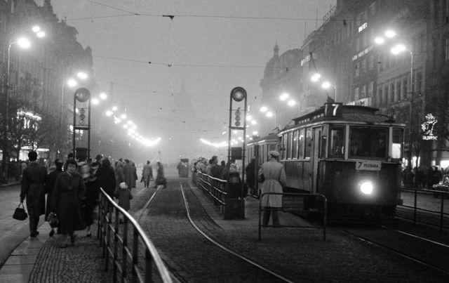 Tramvajová zastávka (414-2) • Praha, prosinec 1959 • | černobílá fotografie, Václavské náměstí, ruch, tram, noční osvětlení |•|black and white photograph, Prague|