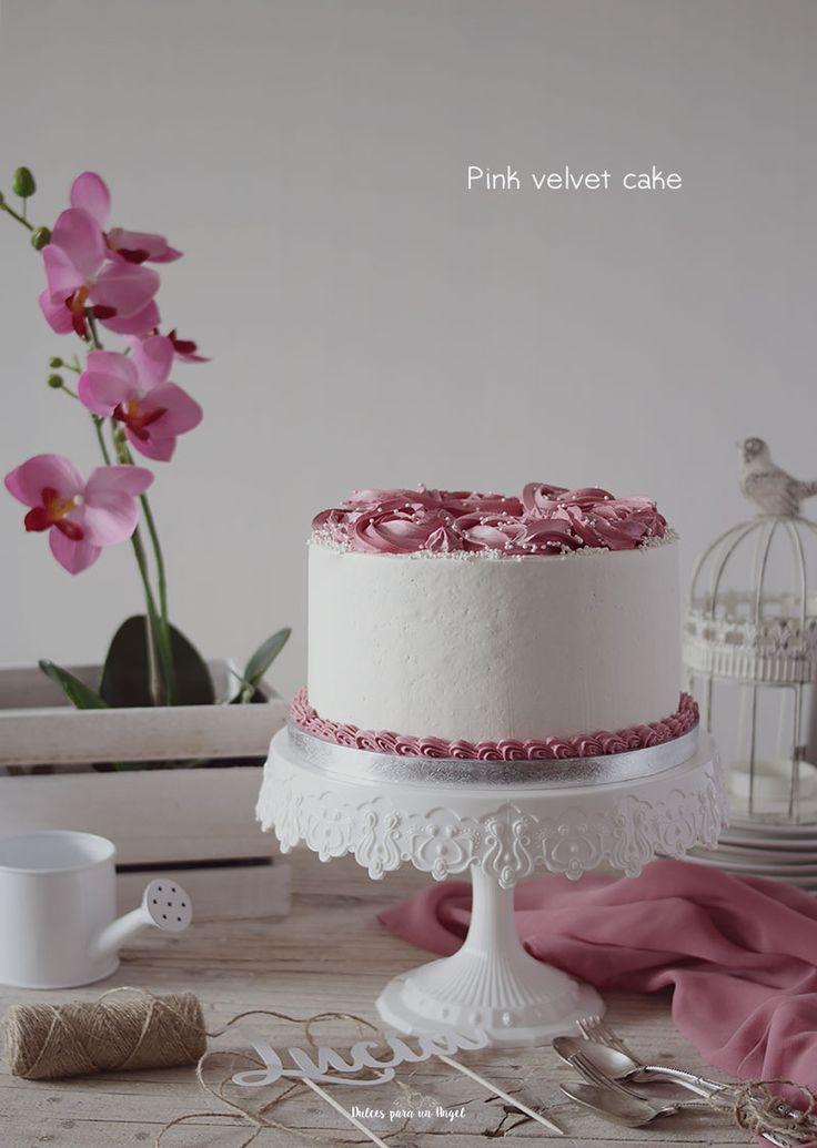 Una tarta de comunión para la guapísima Lucía, hija de mi amiga Deborah. Espero que disfrutárais del maravilloso día de celebración. Es una pink velvet cake con relleno de queso y cubierta y decora…