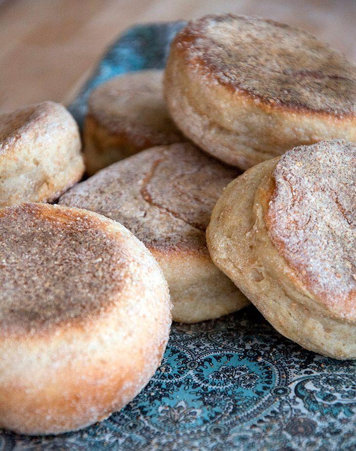 English Muffins bagt på en pande serveret til klassikere som Egg Benedict og Egg Florentine - få opskrift på en koldhævet muffin her