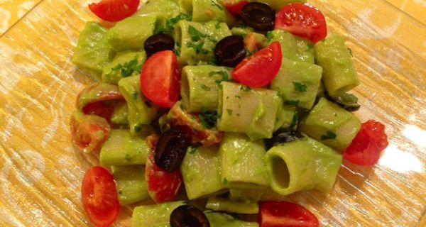 Ricette per bambini: pasta al pesto d'asparagi con olive e pomodorini