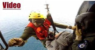 Εντυπωσιακό βίντεο: Μεταφορά ασθενούς από πλοίομε ελικόπτερο του Πολεμικού Ναυτικού
