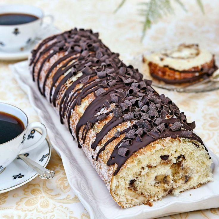 Läckraste rulltårtan fylld med bananer, kolasås, hackad choklad och vispad grädde.