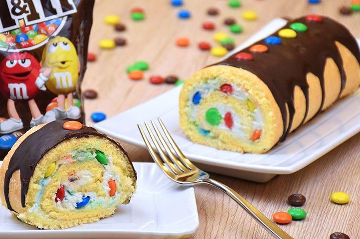 Il rotolo con M&M's è un dolce allegro, colorato e ideale per le feste di compleanno dei più piccoli o per il periodo di Carnevale. Ecco la ricetta