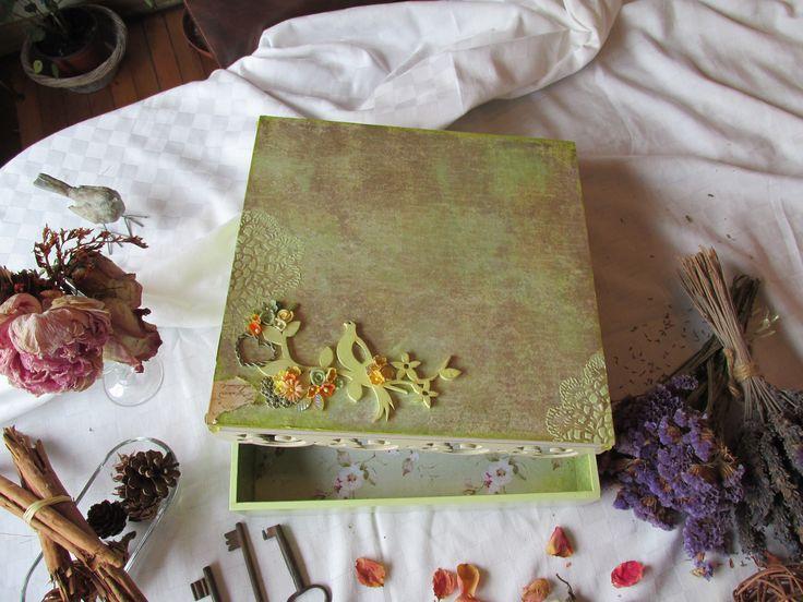 caja decorada, detalles en madera y flores