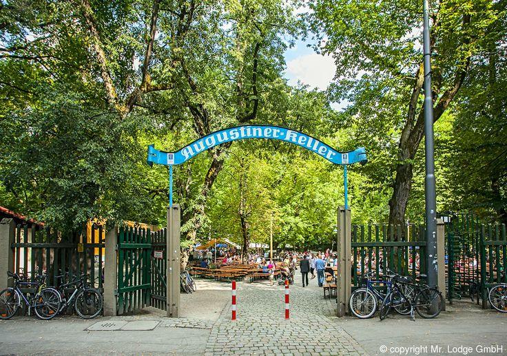 Augustiner Keller: Wer die bajuwarische Gemütlichkeit in einem Vorzeigebiergarten, klassisch unter den Kastanien gelegen, erleben möchte, muss hier her kommen. Eins ist sicher: Einsam ist hier niemand!