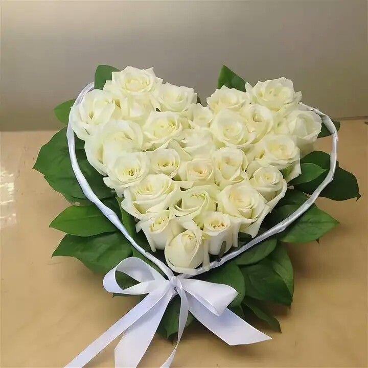 Сердечко из белых роз фото