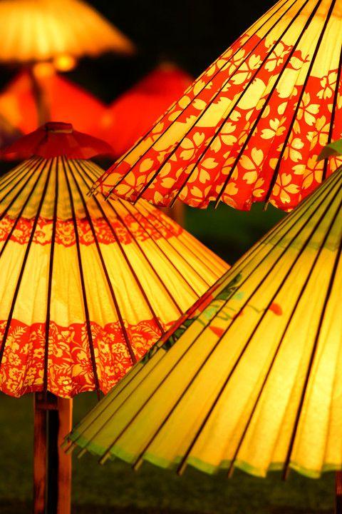 相楽園のイベント。 和傘に照明が灯ったら、夜でも和を感じさせられます。