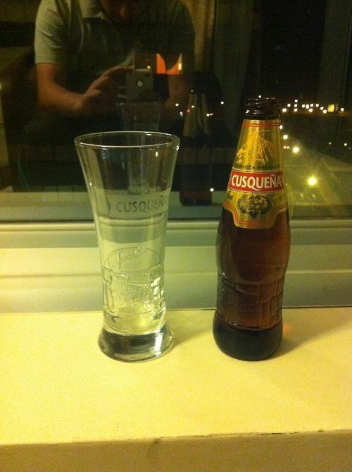 Cerveza Cusqueña  Pais: Perú  Porcentaje de Alcohol: 5%  Ver reseña: http://cepasdestiladosfermentados.tumblr.com/post/26834249003/cusquena