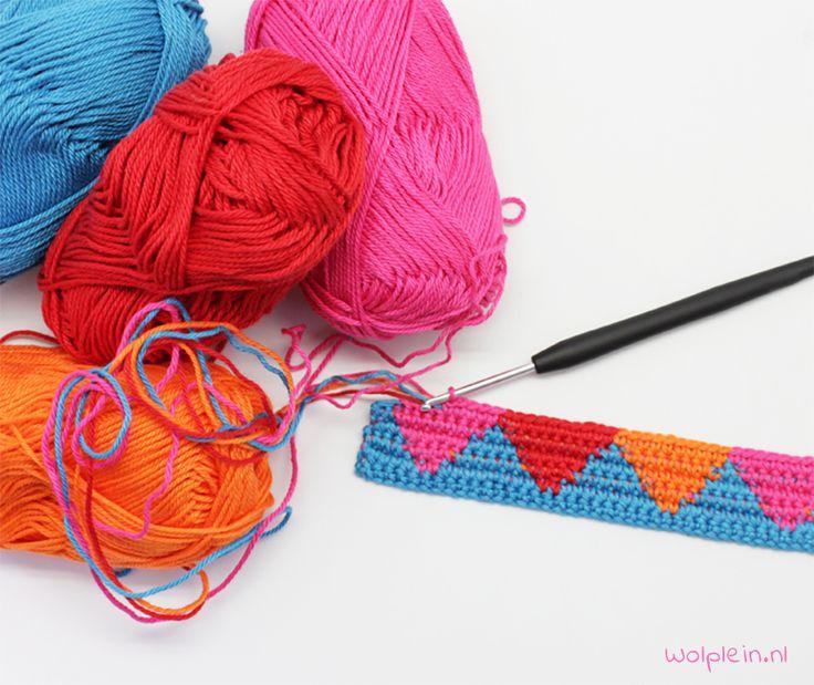 Tapestry haken of tapestry crochet is een nieuwe trend in haakland. Met deze nieuwe manier van haken maak je de mooiste dingen, zoals bijv. een mochila tas.