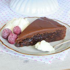 Drömgod kolatårta med en kladdkakebotten och ett täcke av den allra ljuvligaste chokladkolakrämen