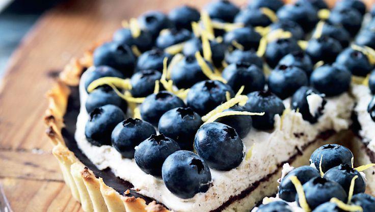Frisk og sommerlig blåbærtærte med mascarponecreme som tilfører kagen lidt…