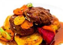 Vepřová líčka na zázvoru s bramborovými placičkami a pečenou zeleninou