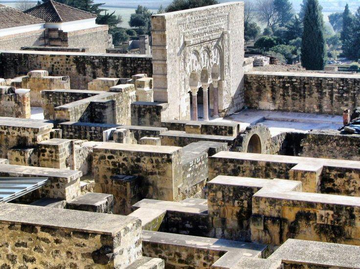 La hermosa Puerta del Primer Ministro destaca sobre el resto del Yacimiento de Medina Azahara