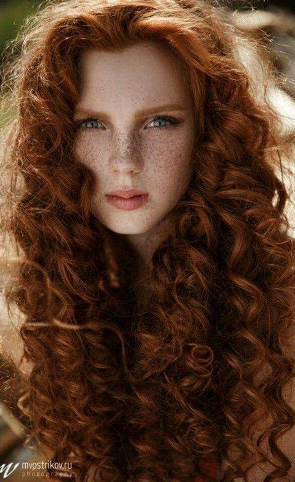 Frau 25 Rote Gelockte Haare Grune Augen Sommersprossen Wellige Frisuren Rote Haare Grune Augen Lange Haare