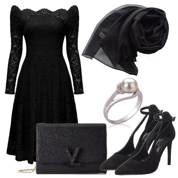 Da principessa, questo splendido vestito che lascia scoperte le spalle e con le maniche semitrasparenti, accompagnato dalla stola, le scarpe con tacco a spillo, la pochette firmata ed il bellissimo anello.